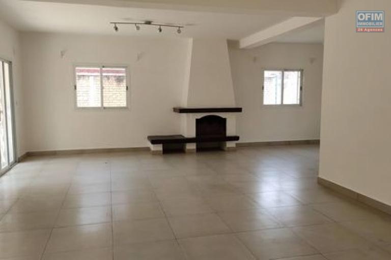 OFIM immobilier vous propose en location à usage mixte une villa située dans une zone sécurisée 24h/24 sis à Ankadimbahoaka Tanjombato qui est à 10min du centre ville