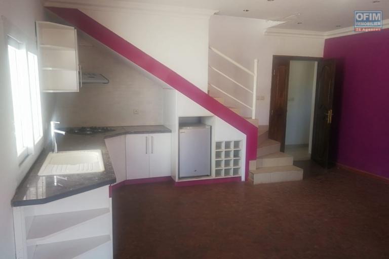 Propriété avec une villa F4 à étages et 2 appartements T3-T4 à Ambatobe - Antananarivo