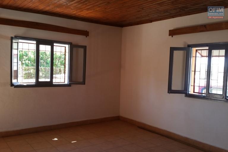 À louer une maison de type F4 sis à Ambohidratrimo non loin de la station SHELL et le marché