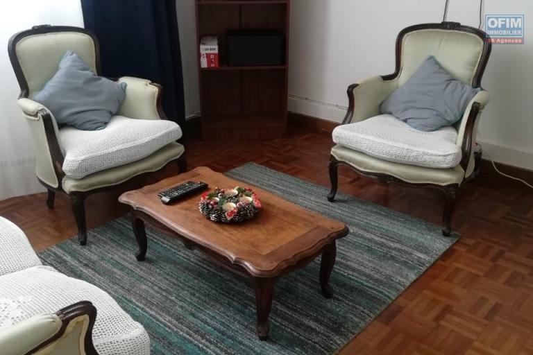 OFIM offre en location un appartement T2 entièrement meublé et équipé et toutes charges comprises: wifi,eau et électricité,TV et charge commune.Il est à Mahatony Ivandry dans une enceinte calme et tout proche des commodités.