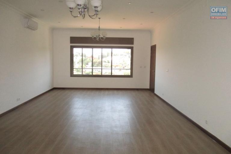 OFIM propose à la location des appartements T5 et T4 de 350m2 de standing  dans une résidence neuve avec piscine et ascenseur proche des écoles à Ivandry