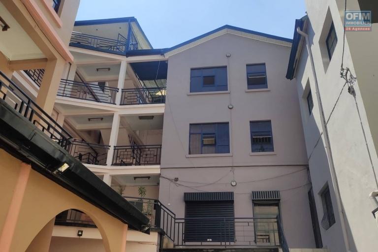 OFIM immobilier vous offre une occasion rare, un bâtiment entier de 910m2 en 4 étages contenant 34pièces disponibles à la location en pleine centre Analakely à usage bureau ou commercial