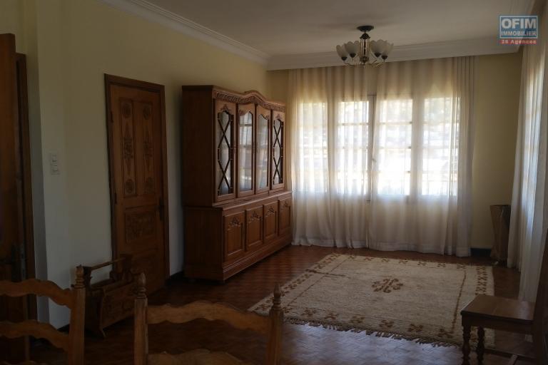 À un appartement semi-meublé de type F4 dans un endroit calme d'Avaradoha et à 10 minutes de l'école primaire B.