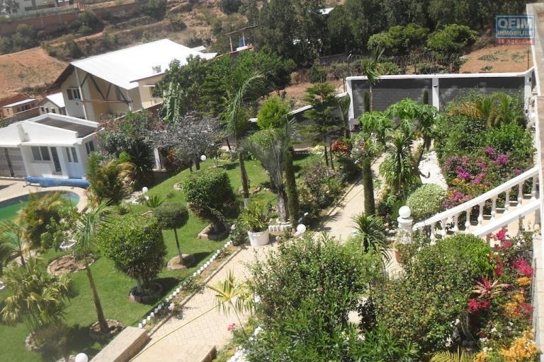 A louer une splendide villa F6 meublée avec piscine et joli jardin dans un endroit calme à Ambohibao Ambohijanahary