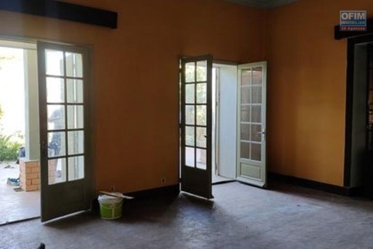 OIM immobilier propose en location une charmante villa traditionnelle F4 avec une vue dégagée et jardin arboré à Faravohitra