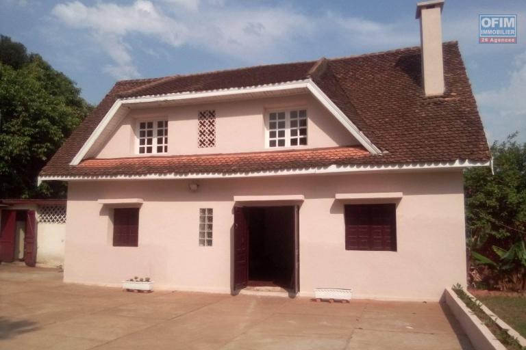 A louer une villa à étage F3 rénovée dans une résidence à Antanetibe Ivato
