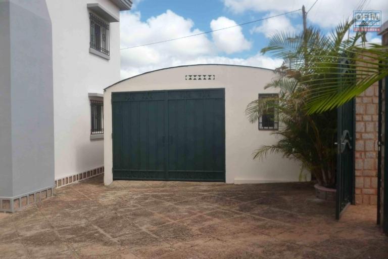 À louer une villa à étage de type F6 dans un endroit apaisant de Mandrosoa Ivato, facile d'accès et à 5 minutes de l'aéroport international Ivato