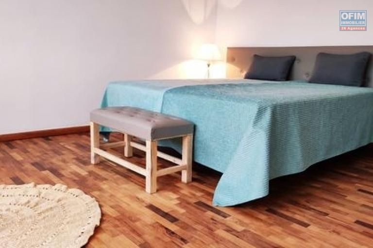 OFIM Immobilier loue un appartement de 125m2 neuf T3 meublés+TV+Wifi inclus à Ambolokandrina; un quartier sécurisé,calme et résidentiel qui est à 30min du lycée Français Ambatobe