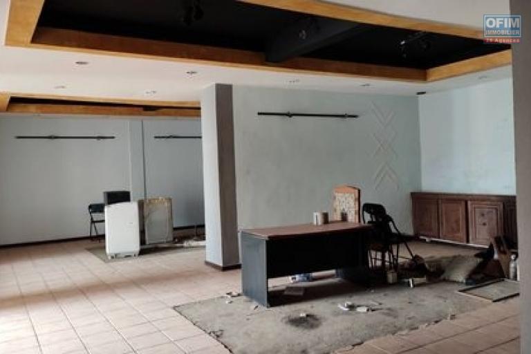 OFIM met en location un local commercial de 209m2 idéal pour restaurant ou activité similaire au RDC sis à Analakely