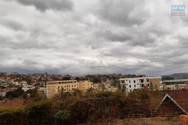 Terrain de 1380 m2, clôturé, belle vue à Ambatoroka - Antananarivo