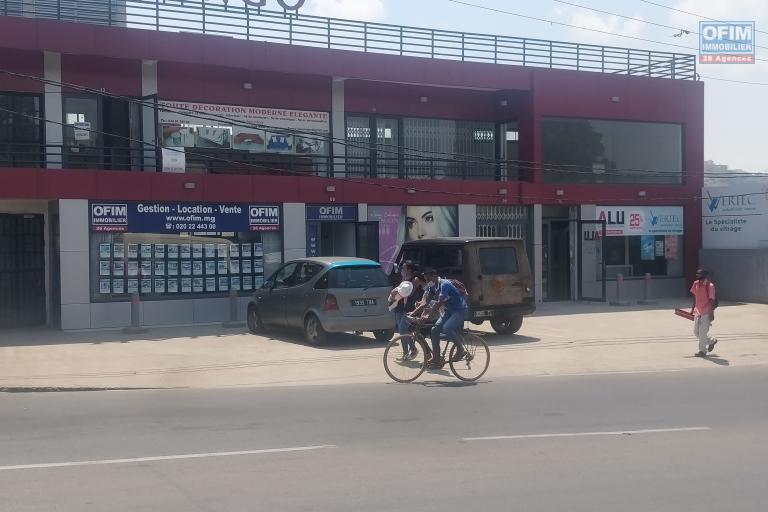 A louer un local commercial avec vitrine donnant sur une route très passante Ambohibao