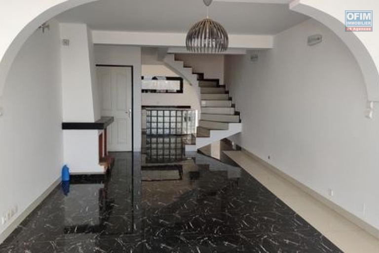 OFIM offre en location un appartement T3 à Alarobia au bord de route en duplex au 4em étage avec une terrasse - Séjour