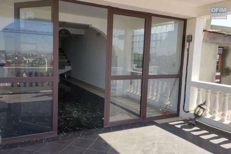 OFIM offre en location un appartement T3 à Alarobia au bord de route en duplex au 4em étage avec une terrasse - baie vitrée séjour