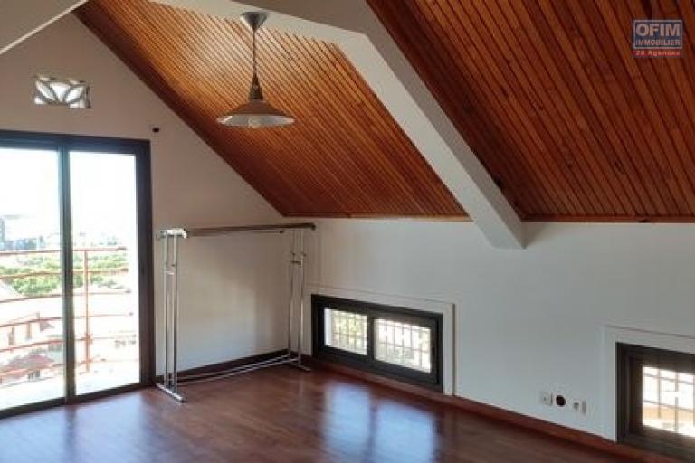 OFIM offre en location un appartement T3 à Alarobia au bord de route en duplex au 4em étage avec une terrasse - chambre principale