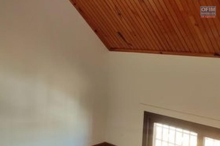 OFIM offre en location un appartement T3 à Alarobia au bord de route en duplex au 4em étage avec une terrasse - 2e chambre