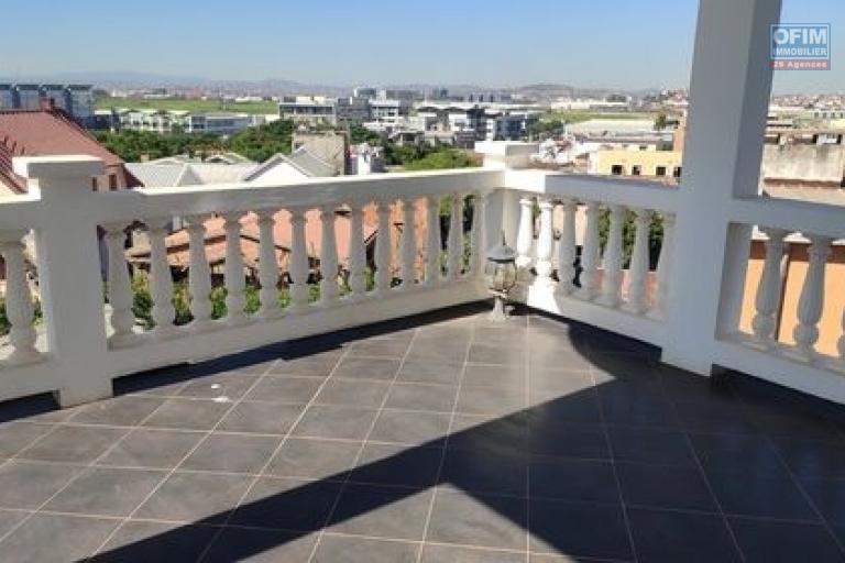 OFIM offre en location un appartement T3 à Alarobia au bord de route en duplex au 4em étage avec une terrasse - terrasse