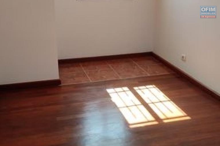 OFIM offre en location un appartement T3 à Alarobia au bord de route en duplex au 4em étage avec une terrasse - 3em chambre