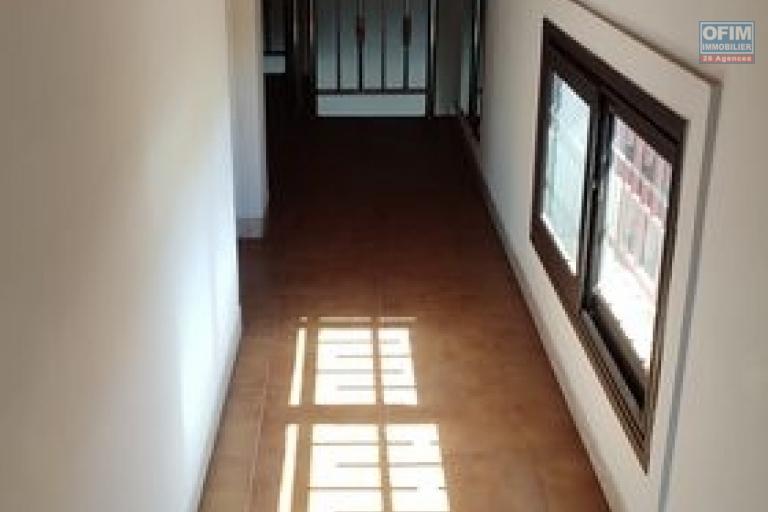 OFIM offre en location un appartement T3 à Alarobia au bord de route en duplex au 4em étage avec une terrasse - couloir