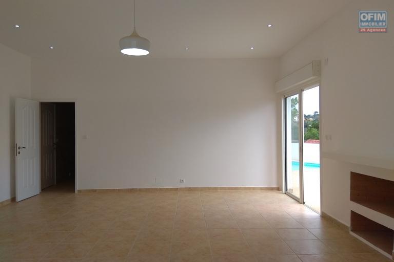 Villa F5 neuve avec piscine dans une résidence à Ambatobe