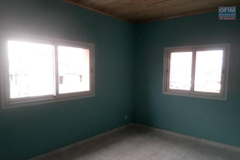 A louer une maison sur deux niveaux F4 fraîchement rénovée à Mandrosoa Ivato