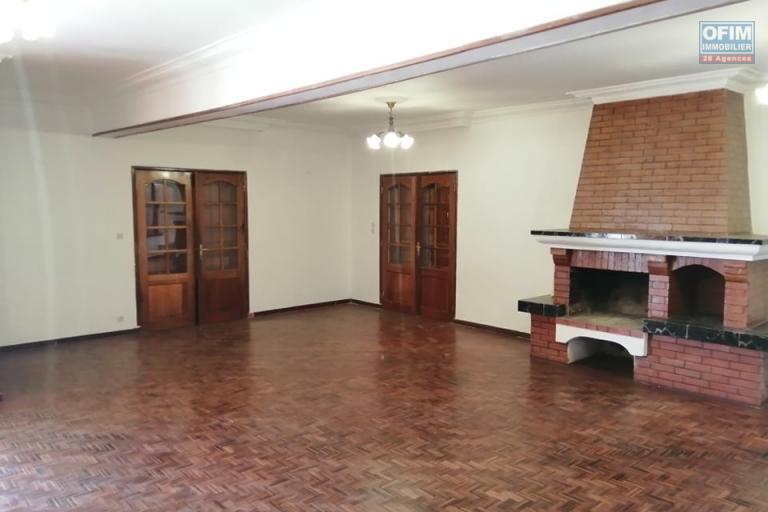 A louer une villa plain pieds F5 dans un endroit calme à 2 minutes de la nouvelle route à Ivato
