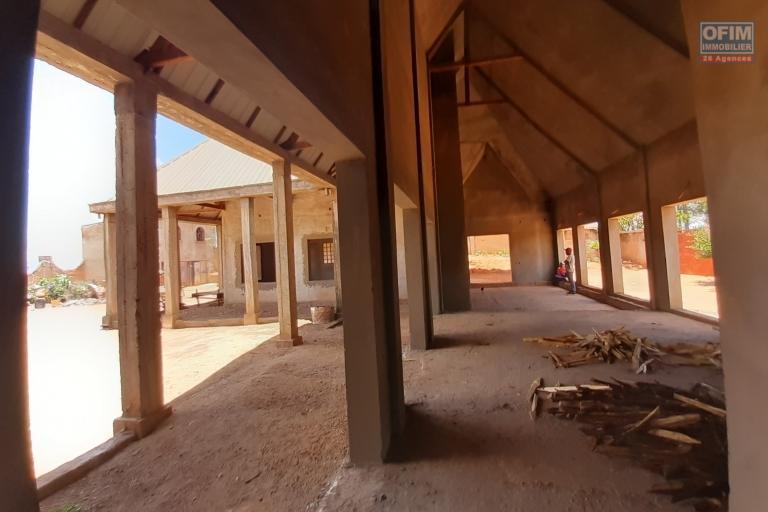 Grande maison basse en cours de finition de 250 m2 habitable à Manazary Ilafy- Antananarivo