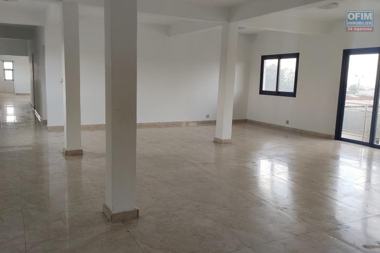 OFIM immobilier offre en location un local professionnel à usage de bureau de 200m2 au R+1, R+2 et R+3 à Andohatapenaka route Itaosy