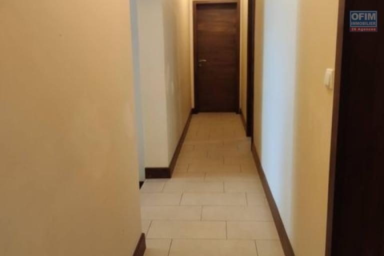 OFIM Immobilier offre en location un appartement T6 avec piscine et un petit jardin à Mahatony Ivandry