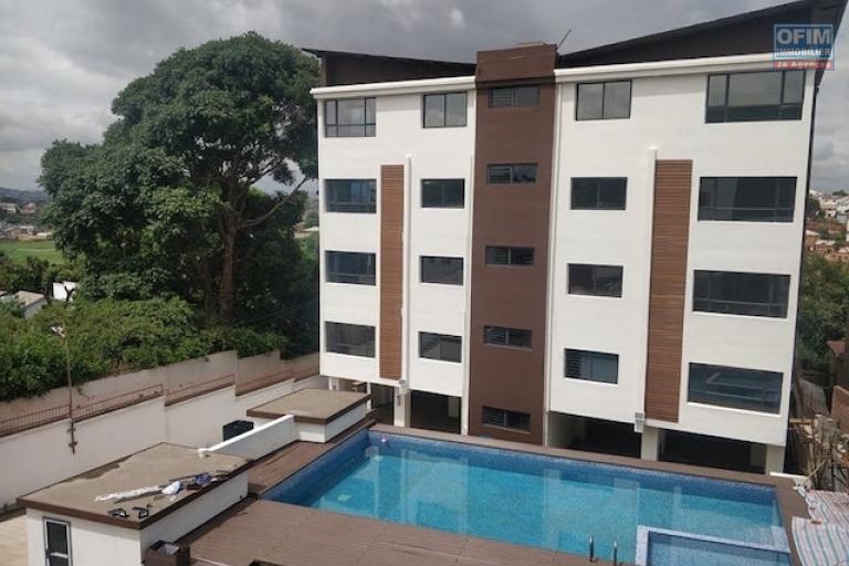 A louer un appartement neuf T4 avec piscine chauffée dans une résidence sécurisée proche de shoprite à Talatamaty