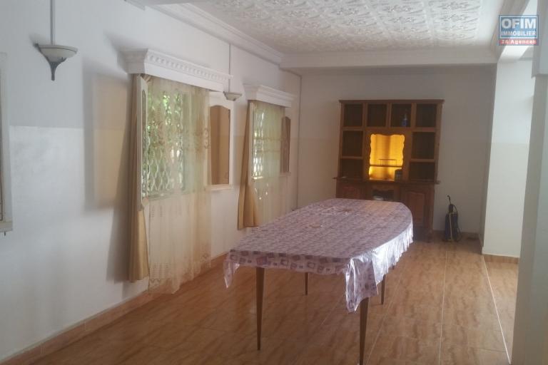 À louer une villa à étages de type F7 idéal pour usage mixte dans un quartier résidentiel sis à Ankadindravola Ivato