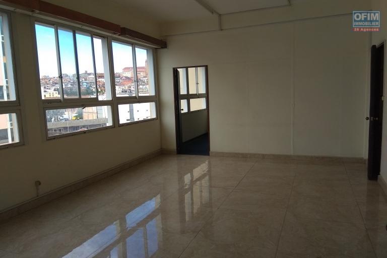 03 Bureaux de 196,90m2 chacun dans immeuble  en bord de route passante avec ascenseur et parking à Tsaralalàna