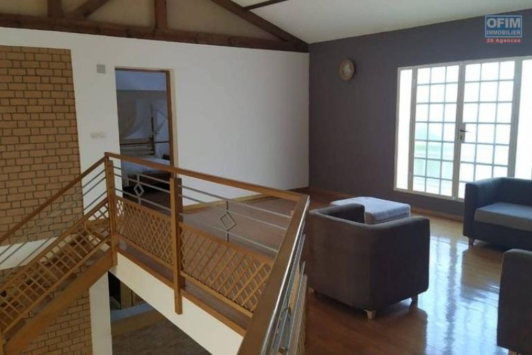 OFIM loue une Villa F6 à étage avec piscine et jardin dans une résidence sécurisée 24/24 à Ambohitrarahaba