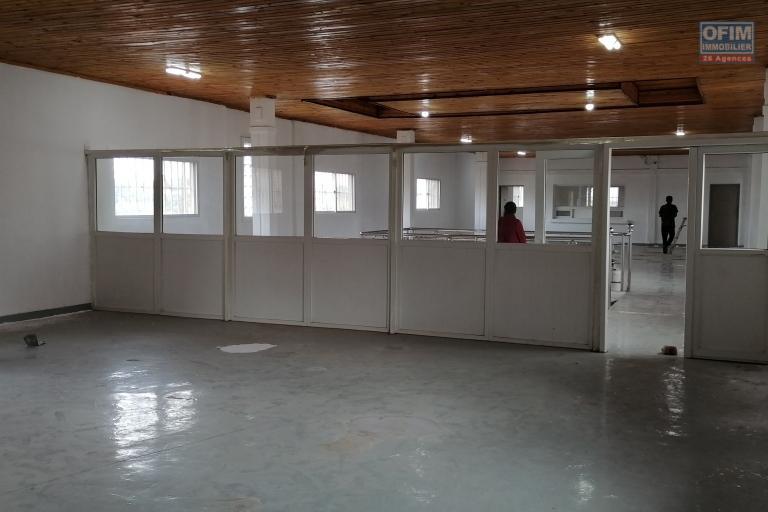 À louer un local de 270m2 à l'étage d'un bâtiment de R+1 bord de route principale dans un quartier animé de Talatamaty