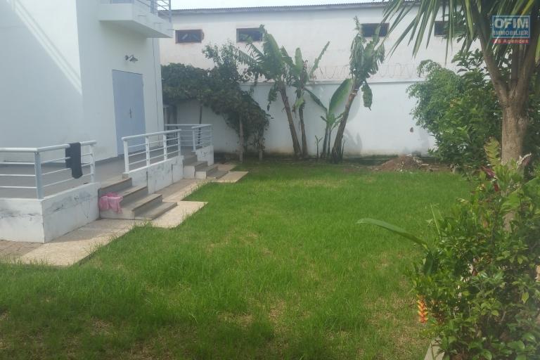 À louer une grande villa à étage de type F5 dans un quartier calme et sécurisé sis à Ambonambo Talatamaty non loin du SHOPRITTE