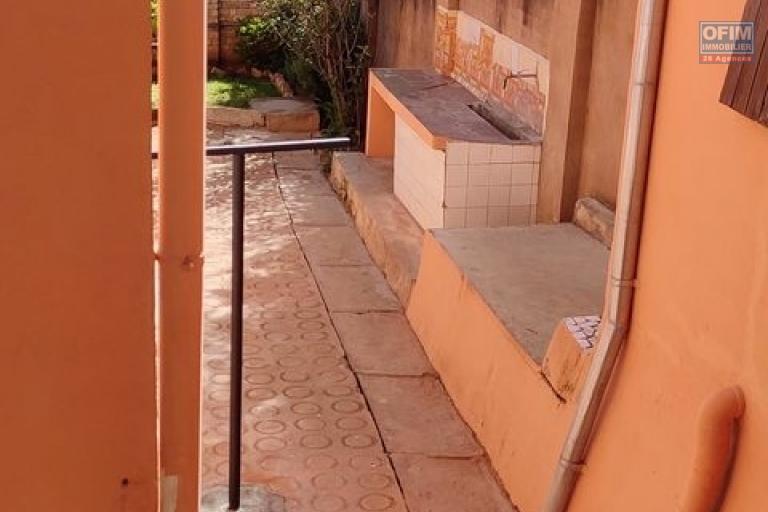 OFIM offre e location une charmante villa à étage de F4 avec une jardin et parking pour 5 voitures à Ambatobe