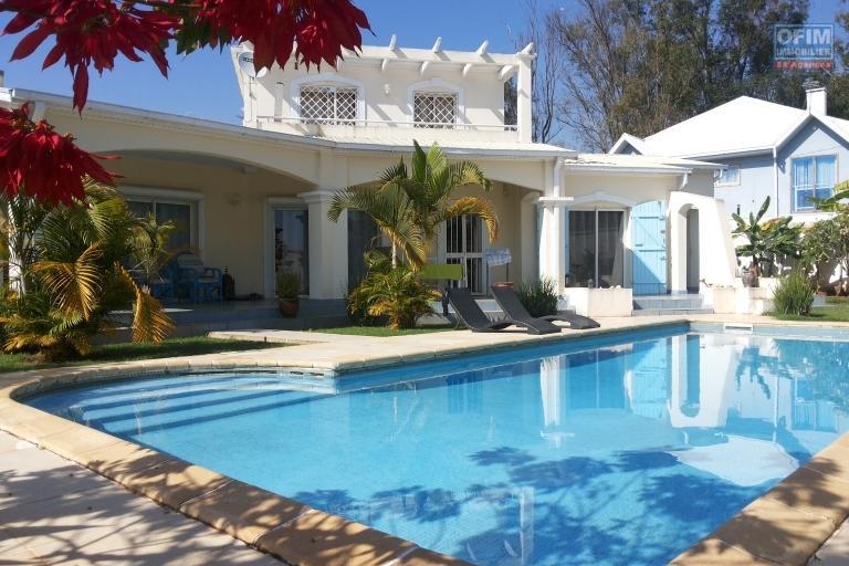 Une villa F6 avec piscine à 5mn à pieds du Lycée à Ambatobe