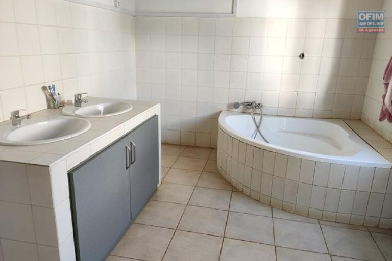 OFIM offre en location une villa basse non meublée F4 avec jardin, garage et dépendance gardien à Ambohijanahary du côté Karibotel
