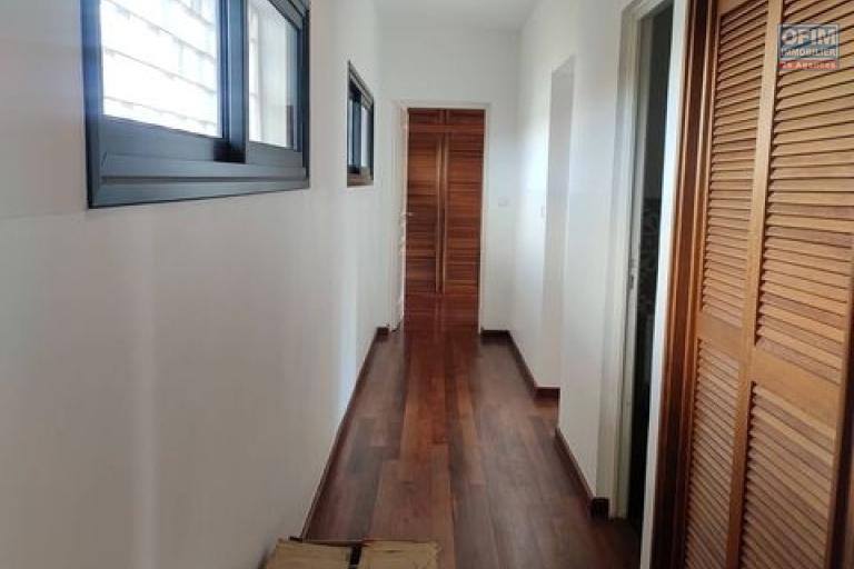 OFIM offre en location une villa contemporaine F6 bâtie sur un terrain de 800m2 en moins de 5min du Lycée Français.