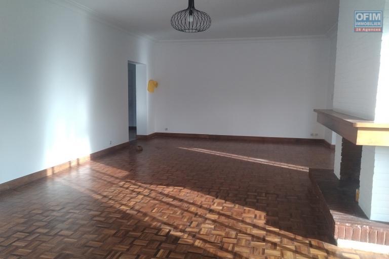 Villa basse F6 sur 1200 m2 de terrain dans une résidence sécurisée à Tsiadana - Antananarivo - séjour