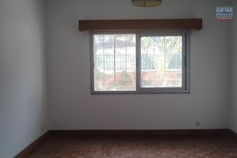 Villa basse F6 sur 1200 m2 de terrain dans une résidence sécurisée à Tsiadana - Antananarivo - chambre