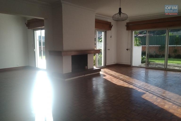 Villa basse F6 sur 1200 m2 de terrain dans une résidence sécurisée à Tsiadana - Antananarivo