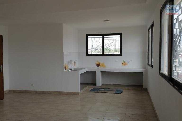 À louer un appartement neuf de type F6 non loin de l'école Claire Fontaine et l'aéroport sis à Ankadivory Talatamaty