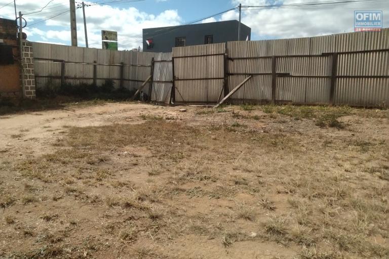 Beau terrain plat de 1010 m2, prêt à bâtir, large façade sur rue, en bord de route principale à Manakambahiny- Antananarivo