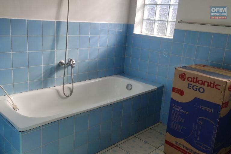 OFIM Immobilier propose en location un spacieux appartement T4 avec un grand parking et garage fermé à Ambohibao Andranoro