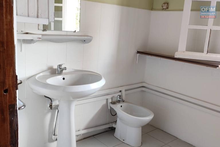 OFIM Immobilier offre en location une villa F7 avec jardin, dépendance gardien, garage fermé et grand parking à Andoharanofotsy Manandòna du côté By-pass