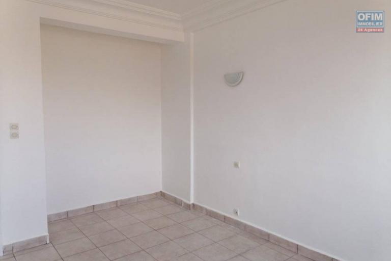 A louer un appartement T4 dans un immeuble à Ambohibao bord de route