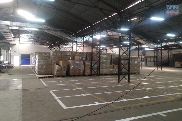 Bâtiment à étage de 4 769 M2 en bord de route principale à usage commercial ou industriel à Antsirabe