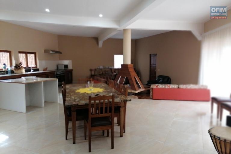 À louer un appartement meublé de standing type T3 au rez-de-chaussée d'un bâtiment de R+1 dans un quartier reposant et non loin de l'école primaire Claire Fontaine sis à Faralaza Talatamaty