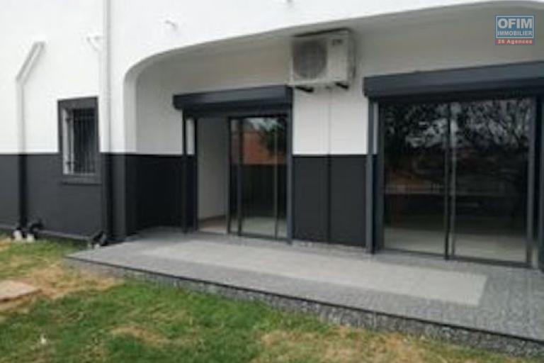 A louer un appartement T5 de standing neuf, au rez-de-chaussée avec piscine dans un quartier résidentiel à 5 minutes de l'aéroport Ivato