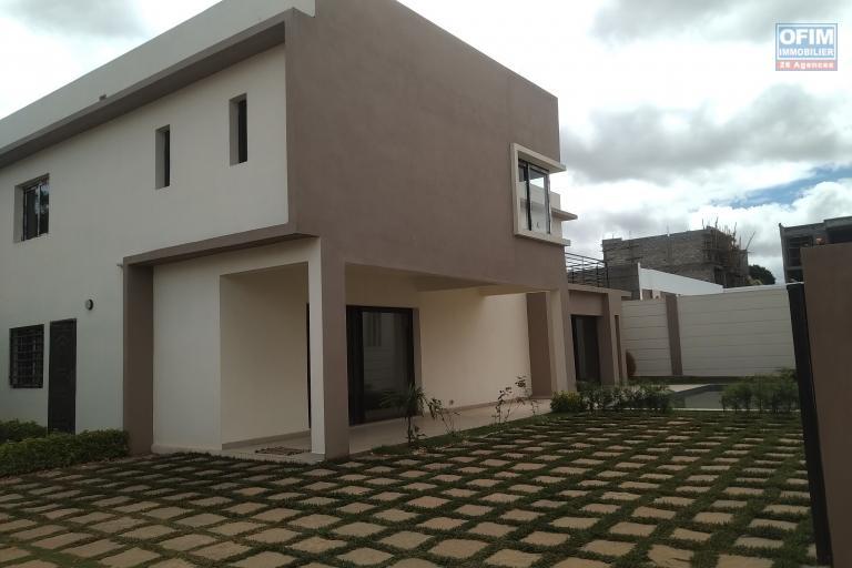 Villas neuves et modernes F5 à étage avec piscine dans une résidence sécurisée à Madrosoa Ivato